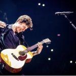 Shawn Mendes poarta Tommy Hilfiger in seara deschiderii turneului sau global