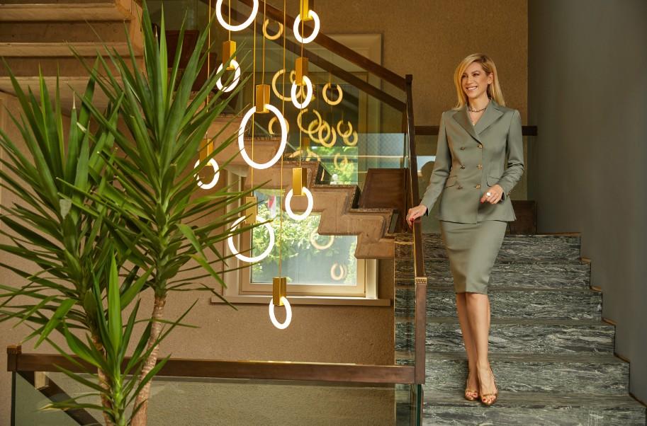 Sonia Argint reinterpreteaza costumul office
