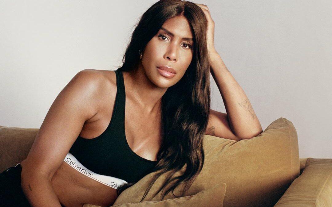 Calvin Klein sarbatoreste momentele definitorii ale calatoriei LGBTQIA + cu campania #proudinmycalvins