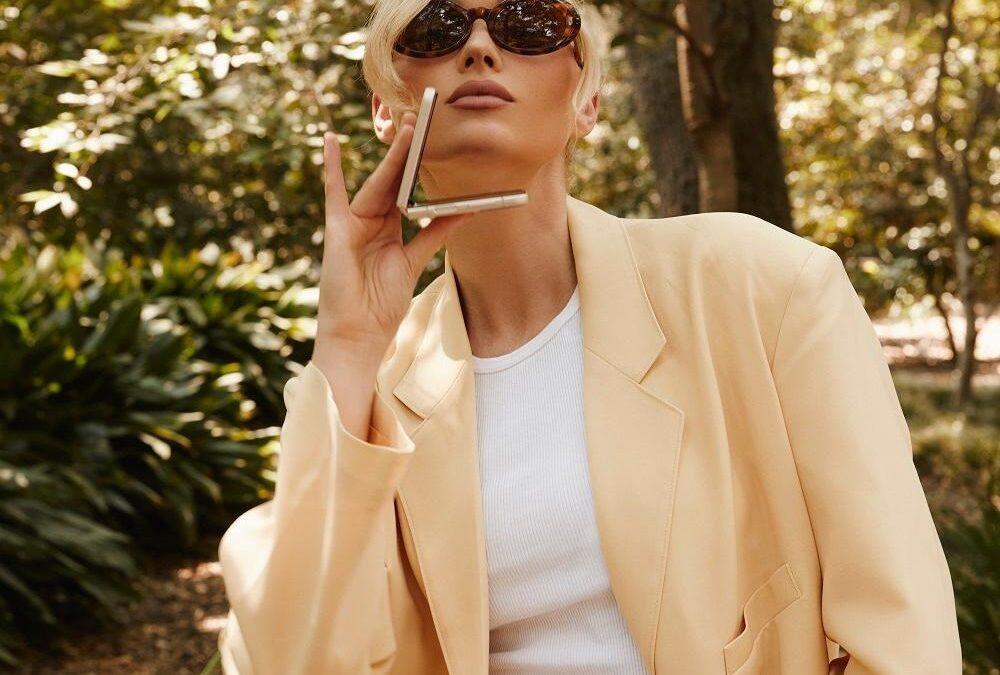 """Supermodelul Elsa Hosk își """"deschide"""" lumea din Downtown LA cu ajutorul celui mai recent dispozitiv pliabil, Samsung Galaxy Z Flip3"""