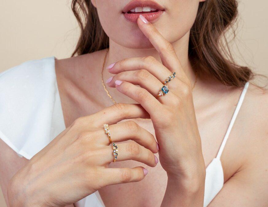 Bijuteriile cu pietre semiprețioase: piesa de rezistență din garderobele minimaliste. Cum dai culoare unui outfit diferit în fiecare zi